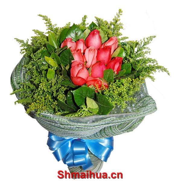 唯一的爱-12枝粉玫瑰,绿叶围绕玫瑰,黄莺外围,内衬深绿色皱纹纸圆形包装,外用纱网圆形包装 。